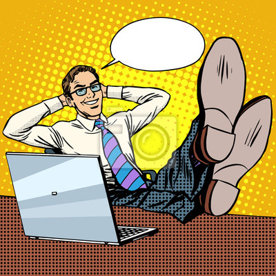 Relajarse feliz hombre de negocios en el lugar de trabajo cerca de portátil