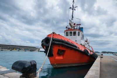 Remolcador en el puerto