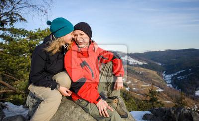 Retrato de caminantes feliz relajarse en la cima de la montaña