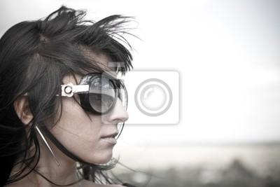Retrato de muchacha bonita en las grandes gafas de sol.