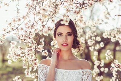 Póster Retrato de mujer joven en el jardín florecido en la primavera tim