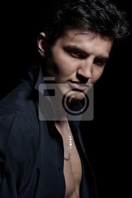 Retrato de un hombre joven y guapo sobre fondo negro