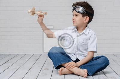 Retrato de un muchacho joven con sus manos en el aire
