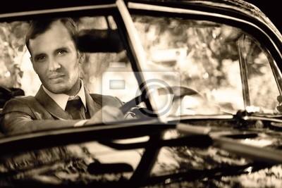 Retro hombre detrás del volante