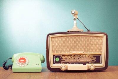 Póster Retro radio con la luz verde, el micrófono y el teléfono en la mesa