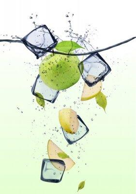 Póster Rodajas de manzana verde con cubitos de hielo
