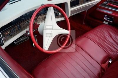 Rojo retro del coche y el interior blanco
