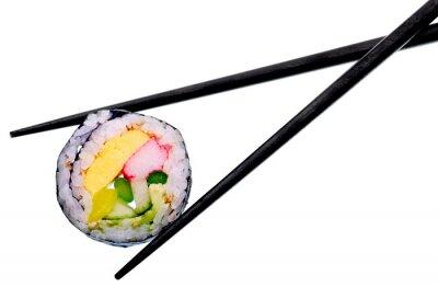 Póster Rollo de sushi con palillos negros aislados sobre fondo blanco
