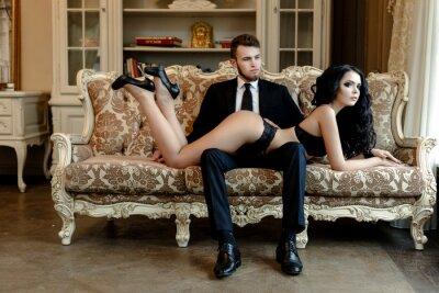 Póster Romance de la foto de la manera de la pareja amantes sexy. Mujer con cabello negro rizado en ropa interior de color negro y el hombre llevaba traje