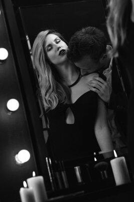 Póster Romántica pareja apasionada en el espejo