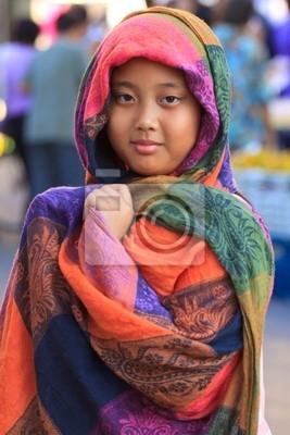 ropa de seda de la muchacha y de colores cubren la cabeza