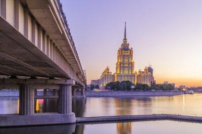 Póster Rosa puesta de sol en el hotel Ucrania en Moscú noche