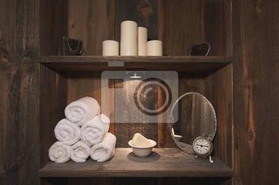 Rústico Escena de Spa con toallas, jabón, espejos, velas y reloj.