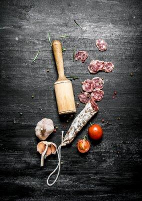 Póster Salami picante con tomates y ajo.
