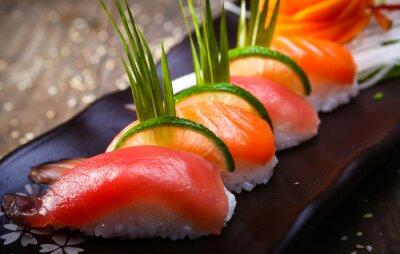 Póster Salmón japonés, sushi de atún y salsa de cerca