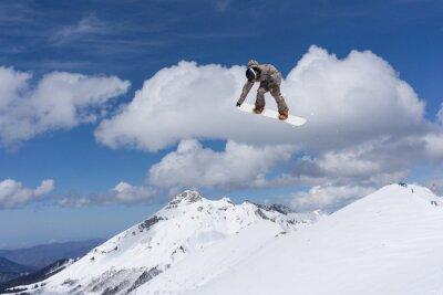 Póster Salto de snowboard en las montañas. Deporte extremo.