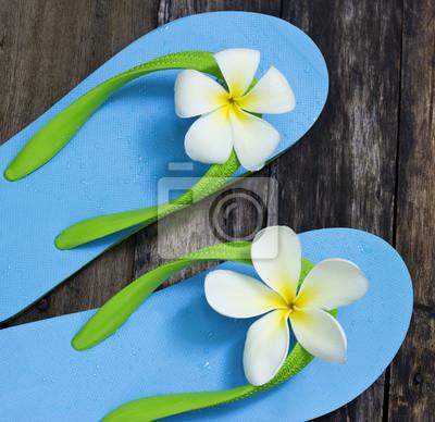 Sandalia azul vibrante en la mesa de edad