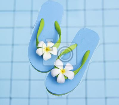 Sandalias azules vibrantes en la piscina de agua