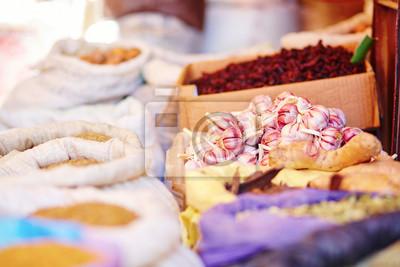 Selección de ajo en un mercado tradicional marroquí