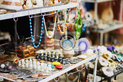 Selección de bijouterie en el mercado marroquí