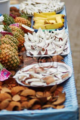 Selección de bocadillos de coco frescos en un mercado tradicional marroquí