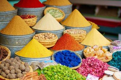 Póster Selección de especias en un mercado marroquí