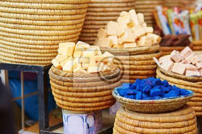 Selección de especias en un mercado marroquí