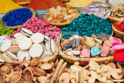 Selección de especias en un mercado tradicional marroquí