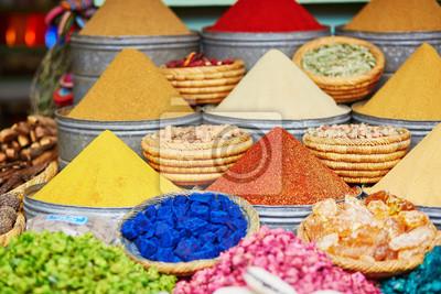 Selección de especias en un mercado tradicional marroquí en Marrakech, Marruecos