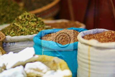 Selección de hierbas en un mercado tradicional marroquí