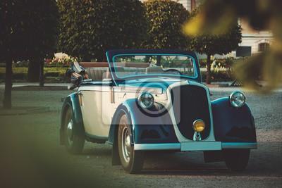 Señora hermosa cerca del convertible clásico