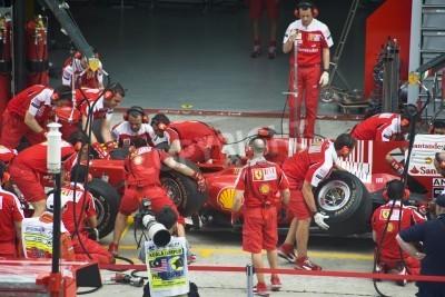 Póster Sepang F1 Circuito, Malasia - 02 de abril 2010 - La tripulación del equipo de carreras de la Scuderia Ferrari Marlboro F1 practicar neumáticos cambian durante Petronas Gran Premio de Malasia de 2010 a