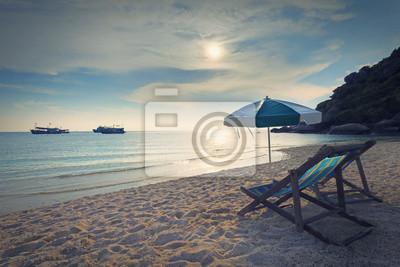 sillas de madera de la cama y el paraguas en la playa de arena en el sol fijar el horario