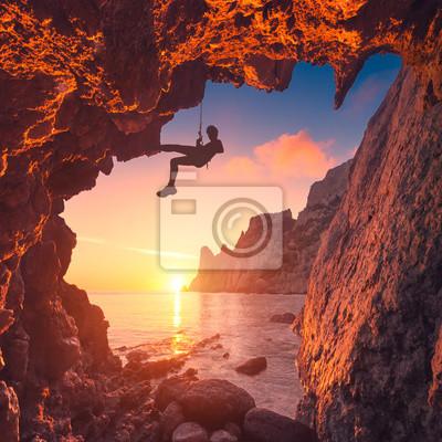 Silueta de escalador en una cueva de montaña
