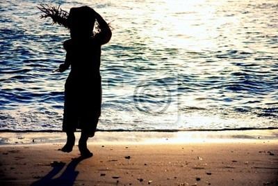 silueta niño en la puesta del sol el mar de fondo