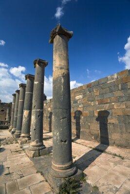 Póster Siria. Bosra. Los restos de los baños romanos - columnas de basalto. Este sitio está en la Lista del Patrimonio Mundial de la UNESCO