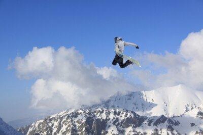 Póster Snowboarder de vuelo en las montañas. Deporte extremo.