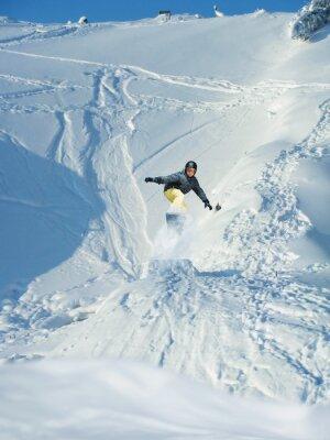Póster Snowboarding. Montaña-esquiador salta. Una gran cantidad de copyspace