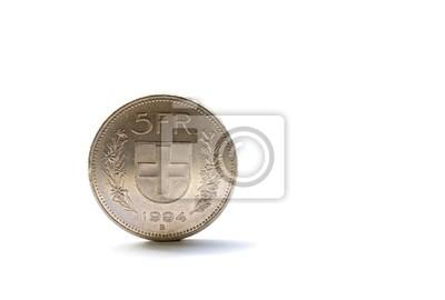 Soltero moneda de cinco francos suizos aisladas sobre fondo blanco