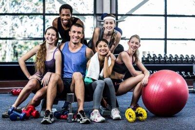 Póster Sonriente clase de fitness posando juntos