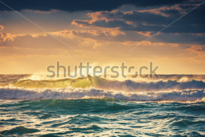 Póster Sunrise and shining waves in ocean