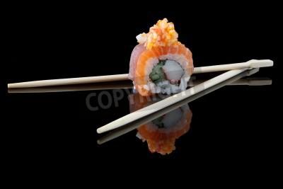 Póster sushi con los palillos sobre fondo negro