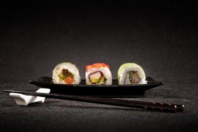 Póster Sushi de lujo en el fondo negro - cocina japonesa