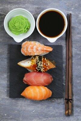 Póster Sushi japonés de comida tradicional con salmón, atún y camarones
