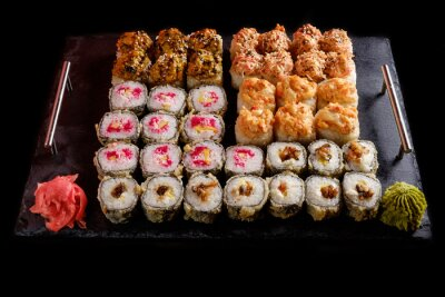 Póster Sushi sobre un fondo negro