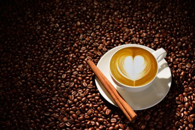 Póster Taza de café latte, café y granos de café