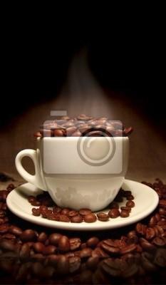 Taza de café, llena de habas.