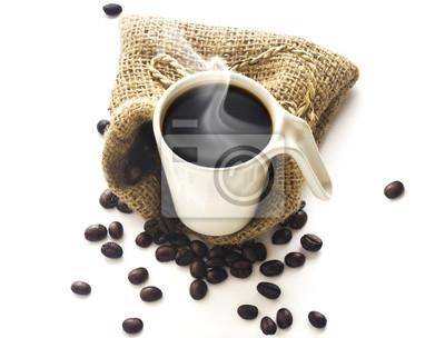 Taza de café y granos de café sobre fondo blanco