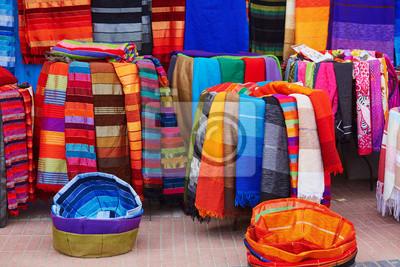 Tejidos y alfombras coloridos para la venta en Marruecos