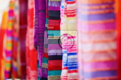 Telas coloridas y alfombras en venta en Essaouira